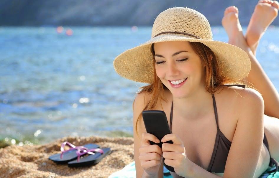 Mulher usando o celular em Las Vegas