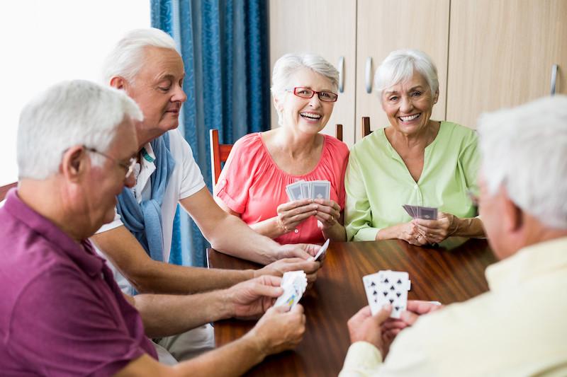 Idosos jogando cartas