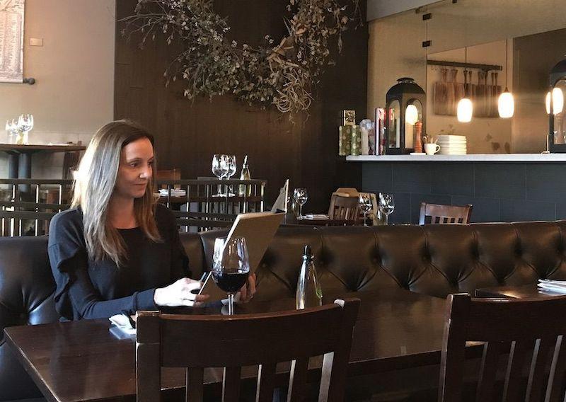 Comendo sozinha no restaurante em Las Vegas